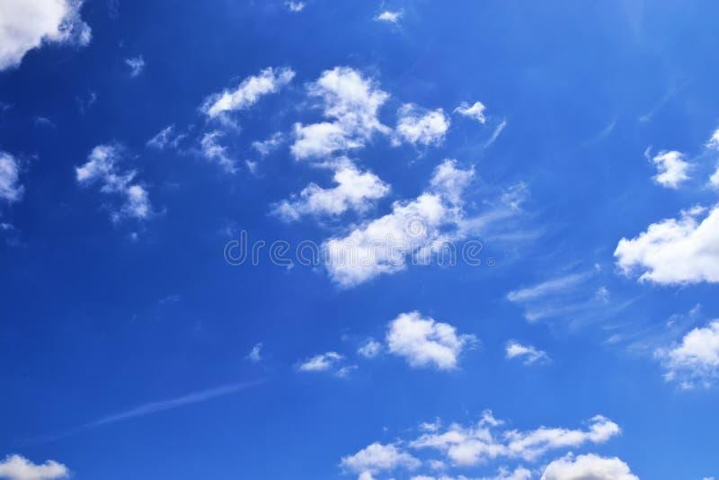 Belle e formazioni calmanti del cirro su un cielo blu profondo di estate immagini stock libere da diritti