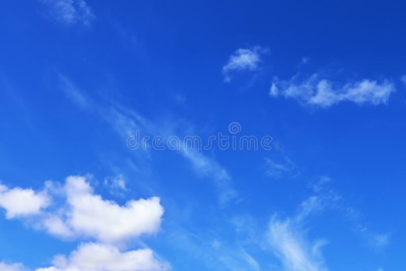 Belle e formazioni calmanti del cirro su un cielo blu profondo di estate immagine stock