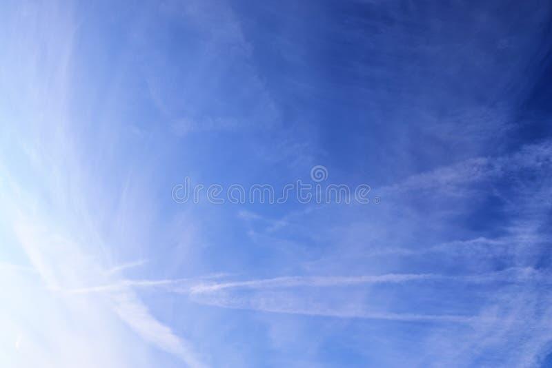 Belle e formazioni calmanti del cirro su un cielo blu profondo di estate fotografia stock libera da diritti