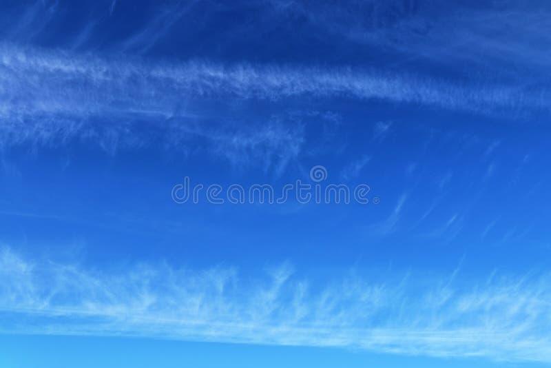 Belle e formazioni calmanti del cirro su un cielo blu profondo di estate fotografia stock