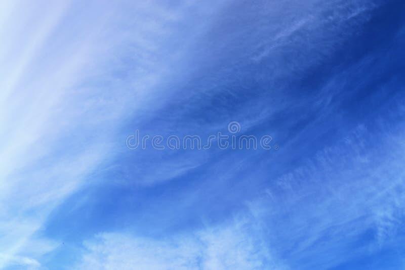 Belle e formazioni calmanti del cirro su un cielo blu profondo di estate immagini stock