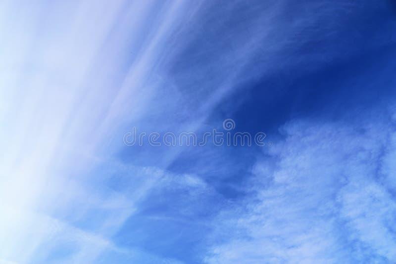 Belle e formazioni calmanti del cirro su un cielo blu profondo di estate fotografie stock libere da diritti