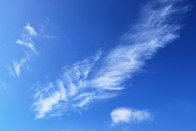 Belle e formazioni calmanti del cirro su un cielo blu profondo di estate immagine stock libera da diritti