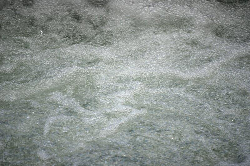 Belle eau de rivière mousseuse blanche pétillante sous la cascade image libre de droits