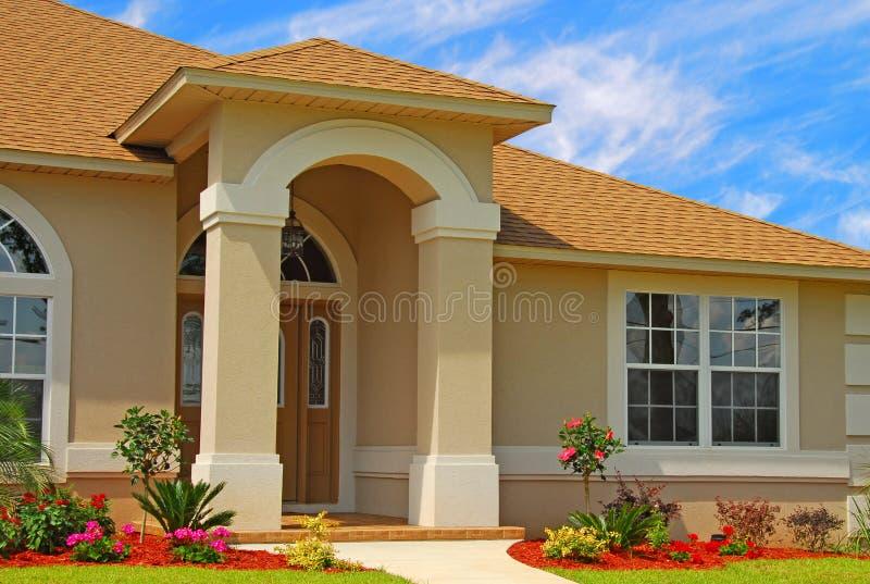 Belle entrée à la maison image stock. Image du constructeur - 2933431