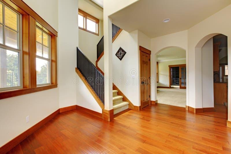Belle entrée à la maison avec l'étage en bois. Intérieur à la maison de luxe neuf. photographie stock