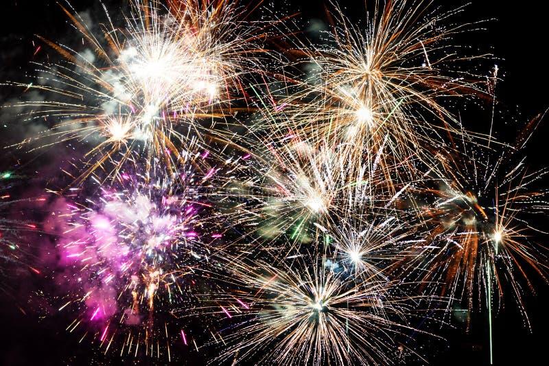 Belle esplosioni dei fuochi d'artificio isolate su fondo nero fotografia stock