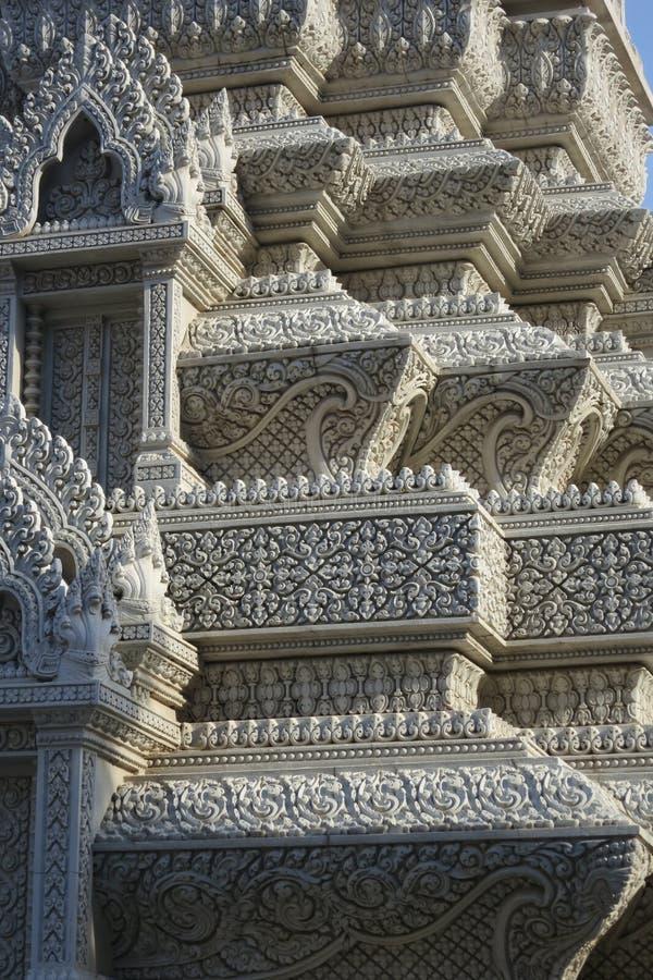 Belle et complexe pierre découpant dans le monastère de Pnomh Penh images libres de droits