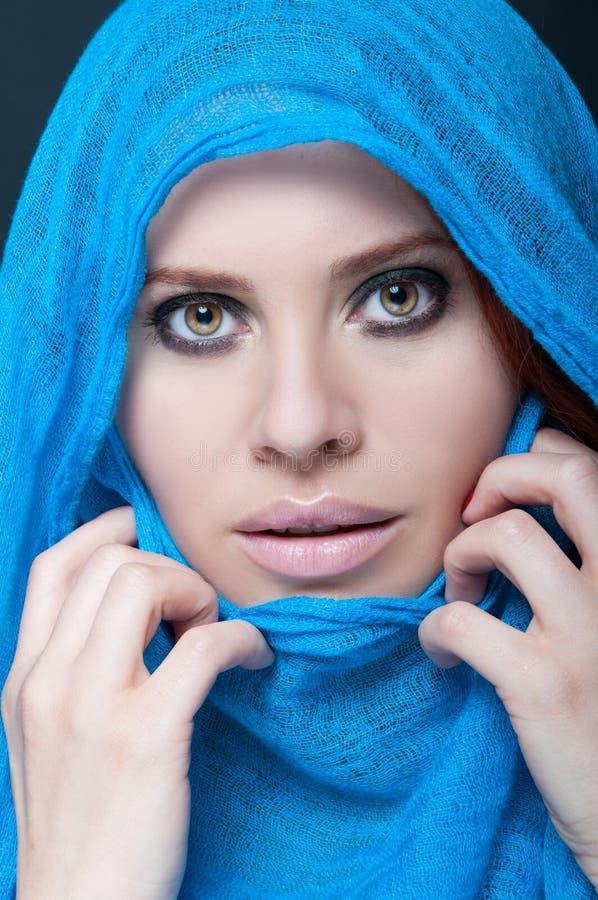 Belle et exotique jeune femme photo libre de droits