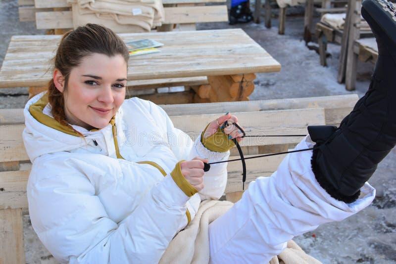 Belle et joyeuse fille portant des bottes de neige photo libre de droits