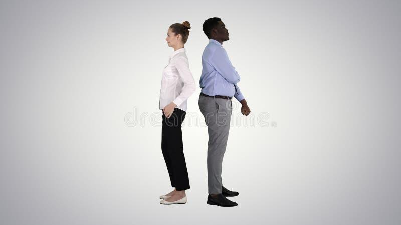 Belle et belle position de type de nouveau aux poses changeantes de dos sur le fond de gradient photo libre de droits
