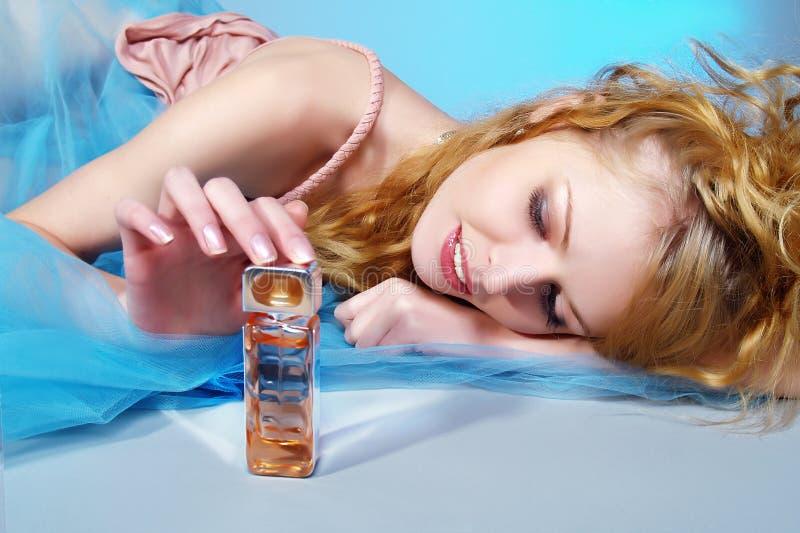 Belle et sexy femme avec la bouteille de parfum photographie stock