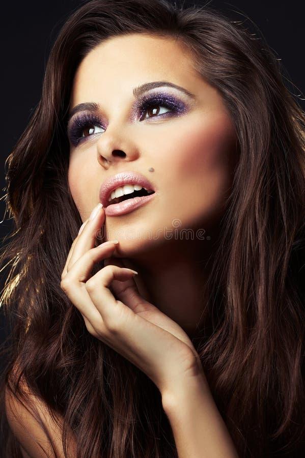 Belle et sexy fille de brunette sur l'obscurité images stock
