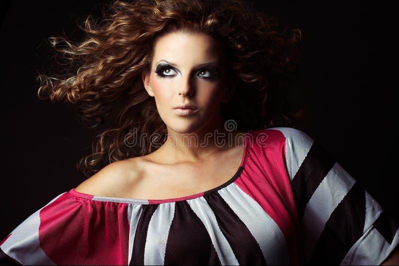 Belle et sexy fille de brunette sur l'obscurité photos libres de droits