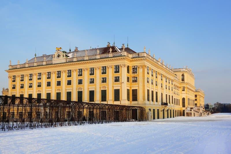 Belle façade de palais de Schonbrunn à l'hiver photos libres de droits