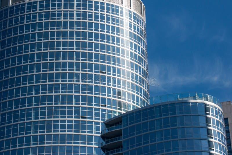 Belle facciate in edifici residenziali moderni in città immagini stock libere da diritti