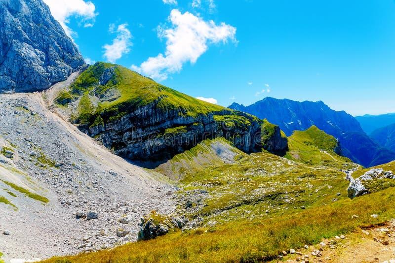 Belle falaise rocheuse en montagnes alpines le jour d'été photographie stock libre de droits