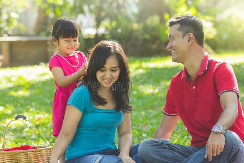 Belle famille à un parc photos stock