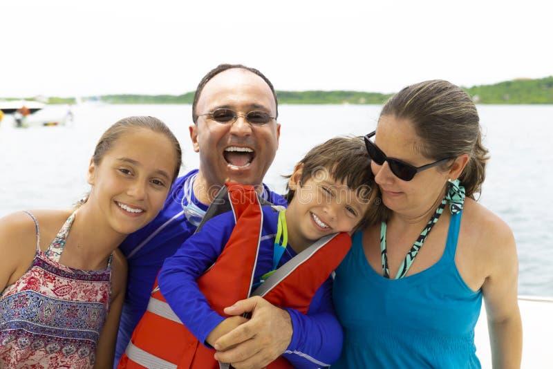 Belle famille appréciant l'été images stock