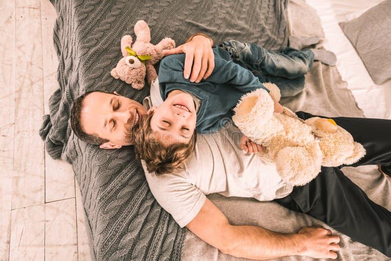 Belle famille ayant un moment de relaxation après un jeu énergique photo libre de droits