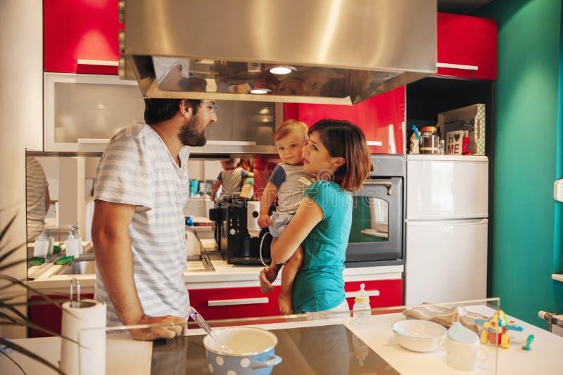 Belle famille dans la cuisine images libres de droits