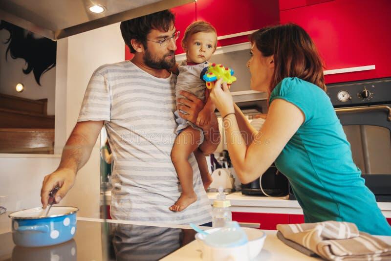 Belle famille dans la cuisine photo libre de droits