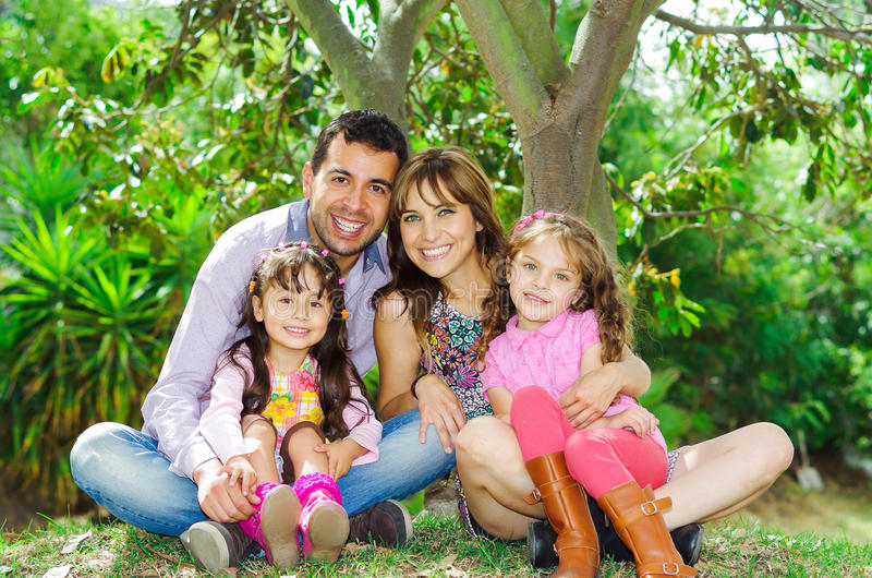 Belle famille de quatre hispanique se reposant dehors photographie stock libre de droits