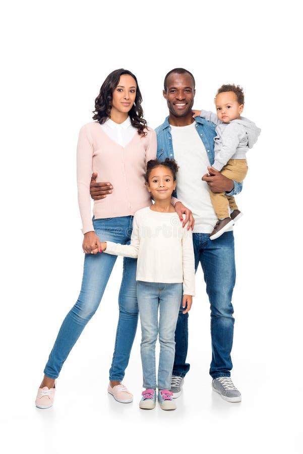 belle famille heureuse d'afro-américain avec deux enfants se tenant ensemble et souriant à l'appareil-photo photographie stock