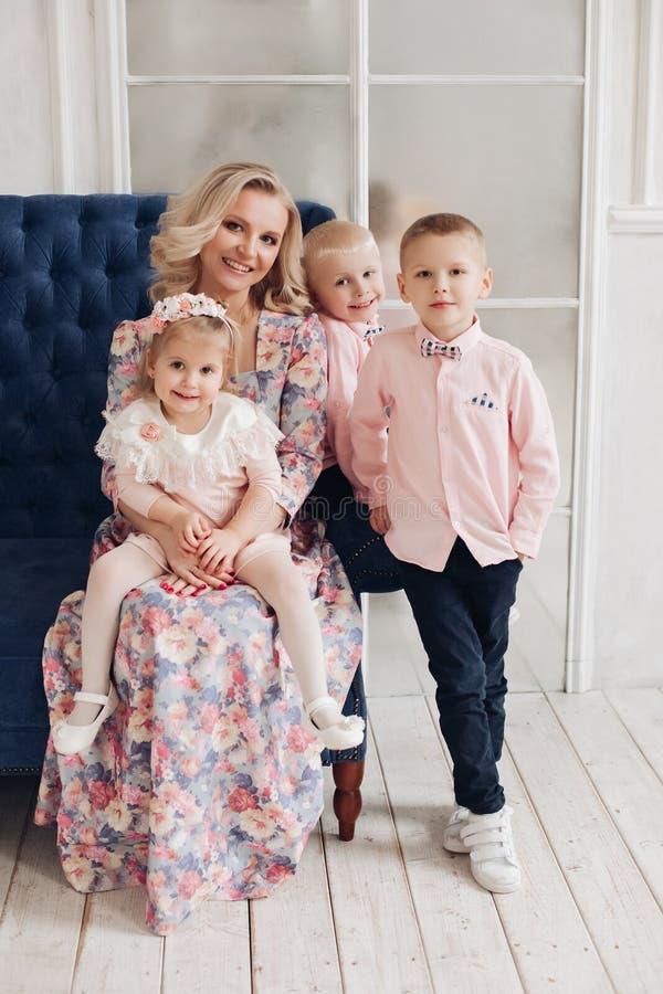 Belle famille heureuse regardant la caméra et posant ensemble photo stock