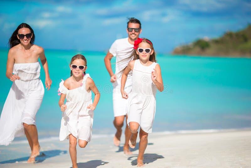 Belle famille heureuse sur la plage photo libre de droits