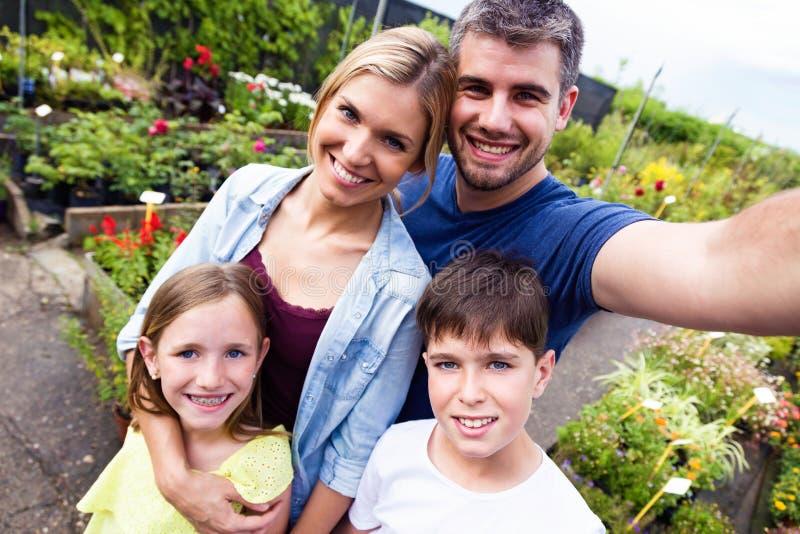 Belle famille prenant un selfie en serre chaude images libres de droits