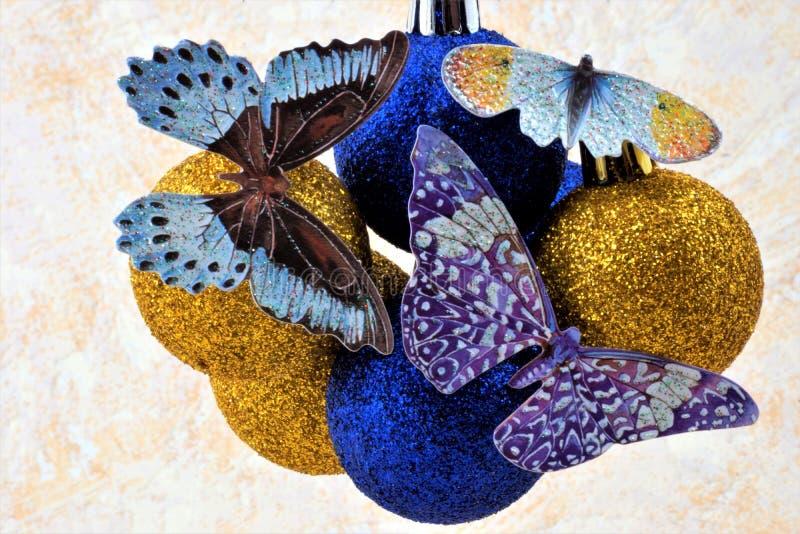 Belle farfalle sull'umore variopinto di festa delle palle fotografia stock libera da diritti