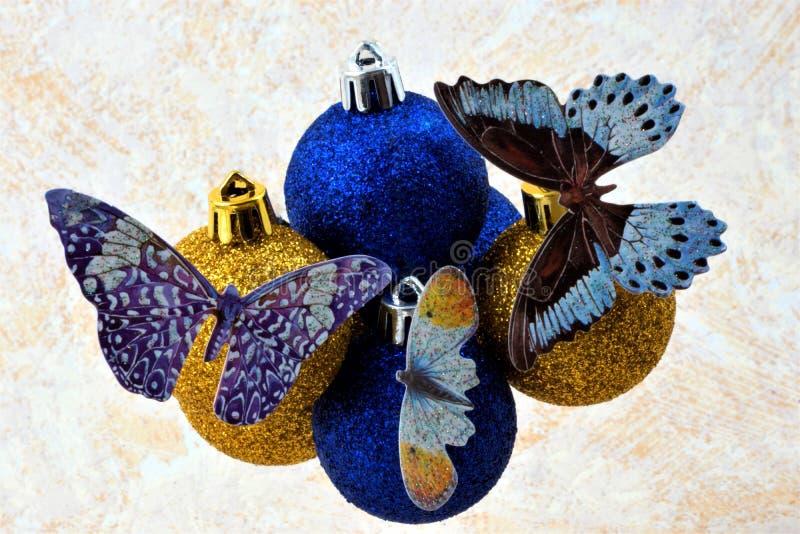 Belle farfalle sull'umore variopinto di festa delle palle fotografia stock