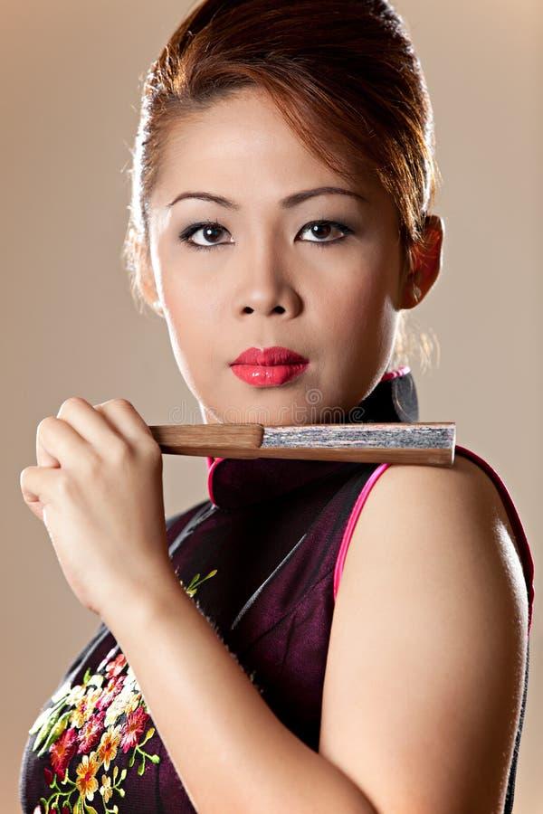 Belle femelle asiatique retenant un ventilateur se pliant photographie stock libre de droits
