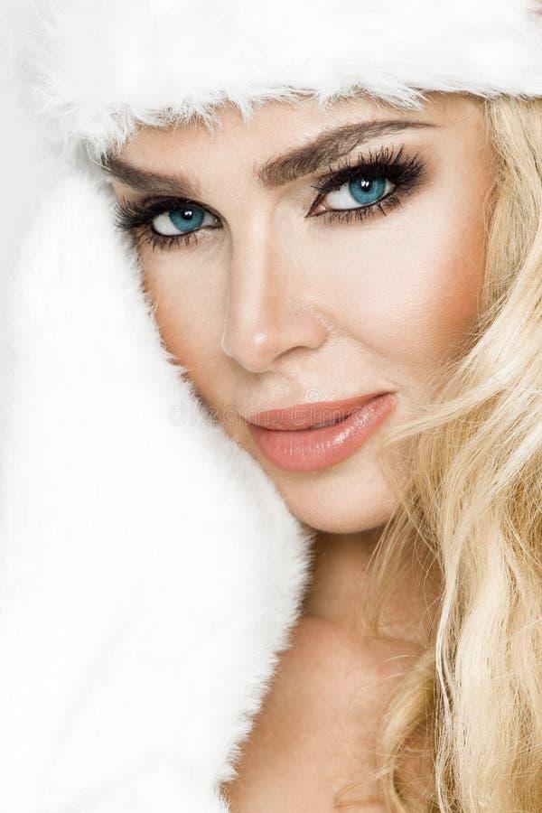 Belle femelle blonde sexy et souriante habillée dans un chapeau de Santa Claus Fille sensuelle de beauté pour Noël photo stock
