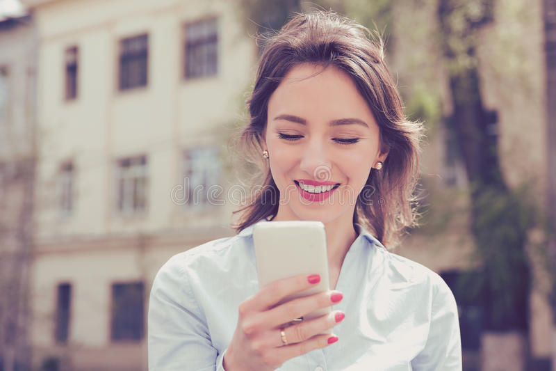 Belle femme à l'aide de son téléphone portable dans la rue photo libre de droits