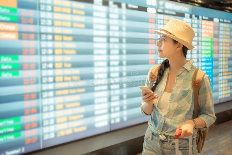 Belle femme à l'aide du smartphone à l'aéroport photos stock