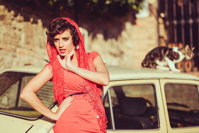 Belle femme à l'arrière-plan urbain. Style de vintage photo stock