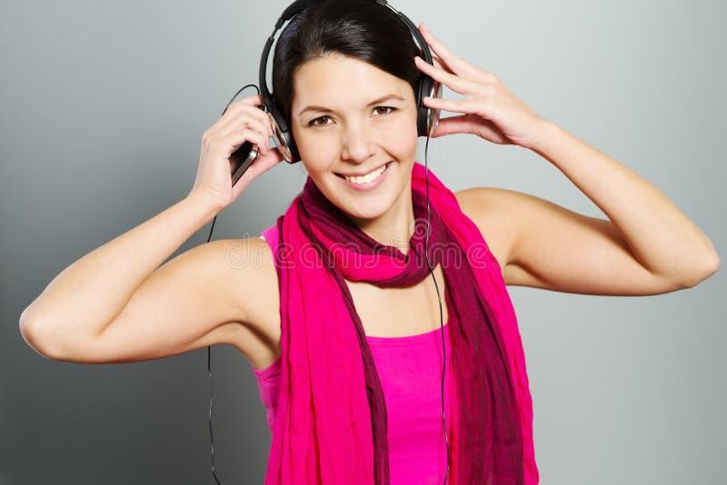 Belle femme à la mode écoutant la musique image stock
