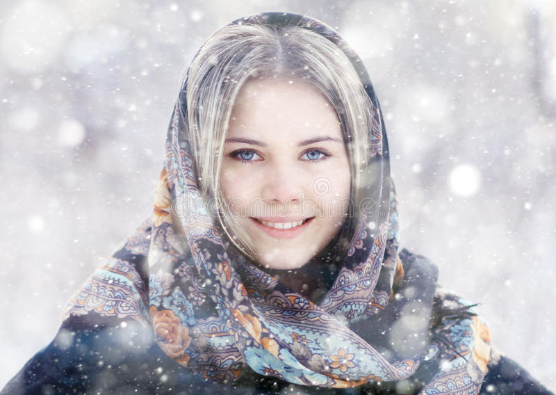Belle femme à la nature d'hiver photographie stock