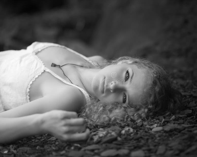 Belle femme à la plage rocheuse photos libres de droits