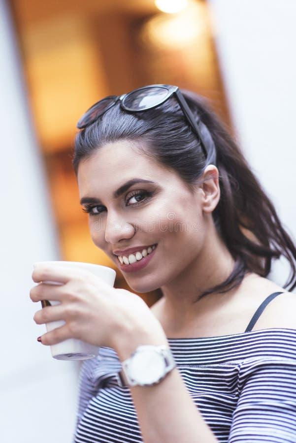 Belle femme élégante appréciant sa pause-café image libre de droits