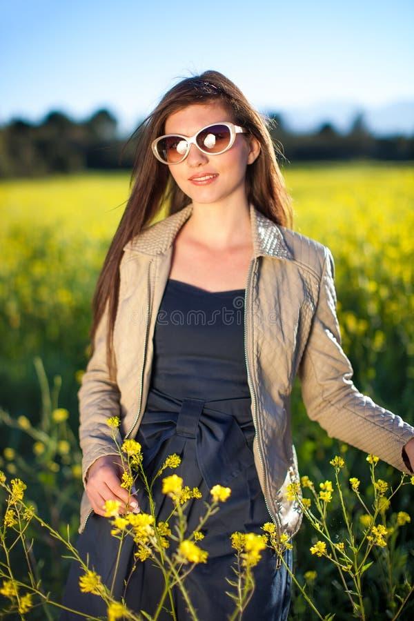 Belle femme élégante appréciant un jour en nature. image stock