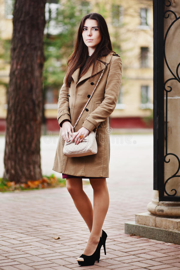 Belle femme élégante. automne photos libres de droits