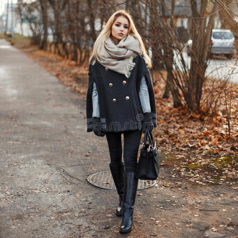 Belle femme élégante dans l'habillement chaud d'automne presque se tenant image stock