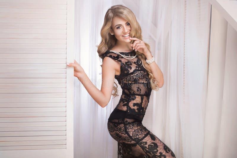 Belle femme élégante dans la robe sexy photographie stock libre de droits