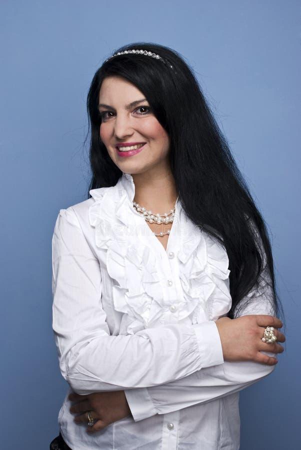 Belle femme élégante dans le blanc avec des perles image stock