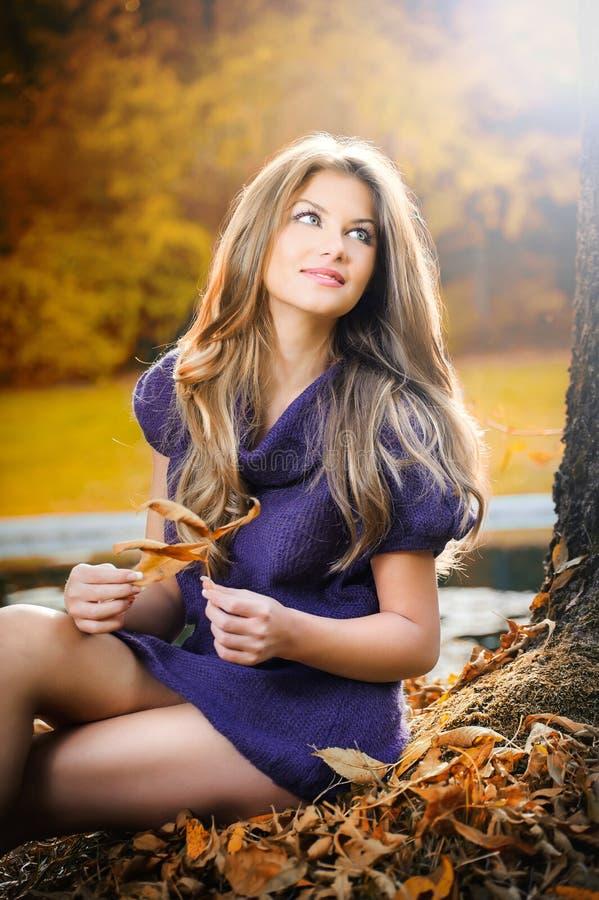 Belle femme élégante restant en stationnement en automne photographie stock libre de droits