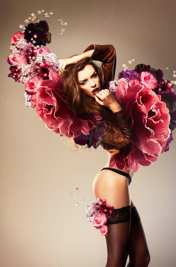 Belle femme érotique avec la fleur photos libres de droits