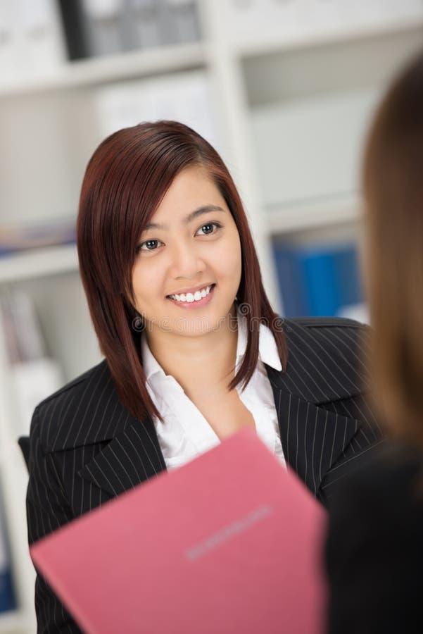 Belle femme étant interviewée pour un travail photo stock